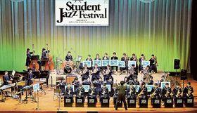 パワフルな演奏を披露する浜松市立丸塚中吹奏楽部のメンバー=20日午後、同市中区のアクトシティ浜松