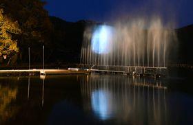 京都市の大覚寺で、月の映像などが投影された「ウオータースクリーン」=23日夕