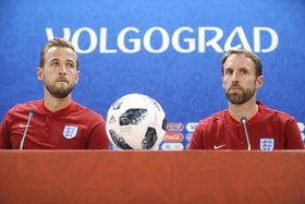 記者会見するイングランドのサウスゲート監督(右)とケーン=17日、ボルゴグラード(AP=共同)