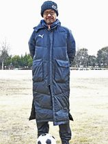 「これからもサッカーの若い才能を見いだし続けたい」と意気込む大野聖吾監督=大垣市浅中、浅中公園多目的広場