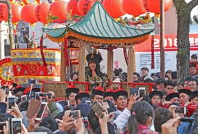 長濱さんが皇后役を務め華やかにイベントを盛り上げた皇帝パレード=長崎市新地町