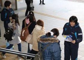 新年最初のホーム2連戦への来場を呼び掛ける岡山シーガルズの磯部光里(右端)ら=JR岡山駅