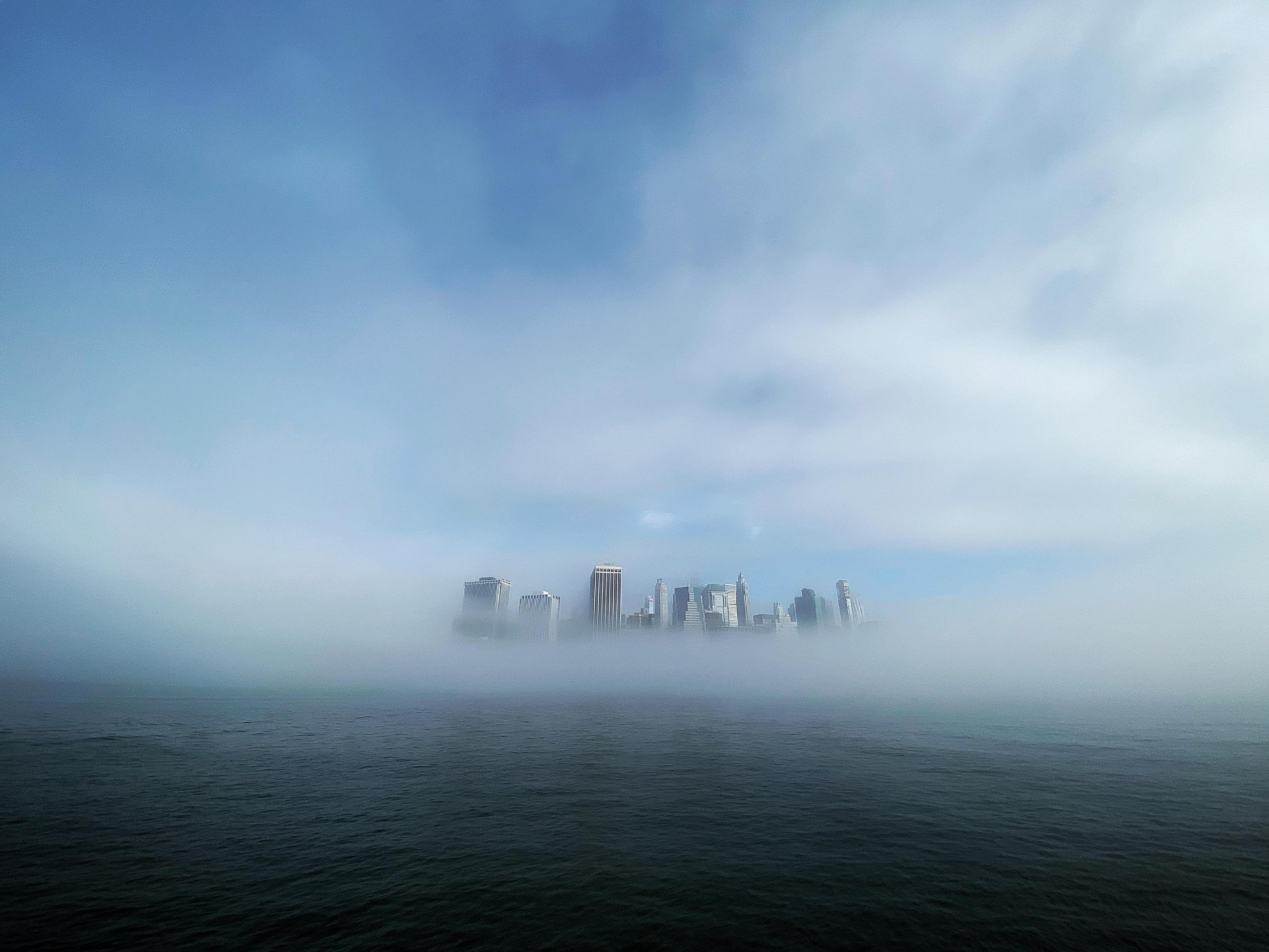 朝もやに包まれた米ニューヨークのマンハッタン島=27日(ゲッティ=共同)