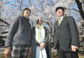 満開の桜をバックに談笑する(左から)加藤那津さん、渡辺さゆりさん、都築修さん=名古屋城で