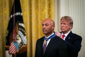 ホワイトハウスでトランプ米大統領(右)から「大統領自由勲章」を授与される元ヤンキース投手のマリアノ・リベラ氏=16日、ワシントン(ロイター=)