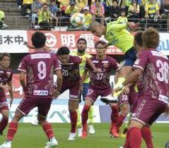 前半5分、栃木SCのDF田代がヘディングシュートを放つ=県グリーンスタジアム
