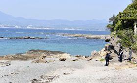現場とみられる和歌山県白浜町の海水浴場周辺の岩場=20日午後