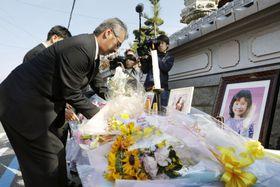 事故発生から6年になり、現場で献花する中江美則さん=23日午前、京都府亀岡市