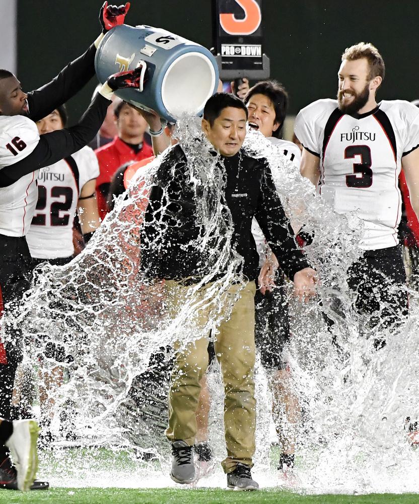 2017年のライスボウルで、選手から手荒い祝福を受ける藤田智さん=東京ドーム