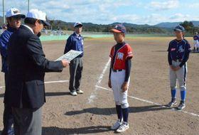 菊池会長から最高殊勲選手賞を贈られる庄司選手(中央)。手前右は特別会長賞の石原選手