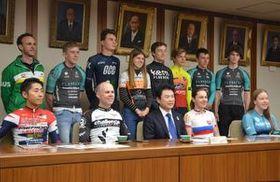 佐藤市長(前列中央)に健闘を誓った選手たち