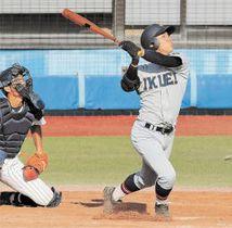 東北―仙台育英 9回裏仙台育英無死一、二塁、笹倉が中越えにサヨナラの3点本塁打を放つ。捕手佐藤琉