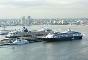 大さん橋に同時着岸した外国客船=2018年4月25日、横浜港
