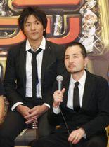 スリムクラブの真栄田賢さん(左)と内間政成さん