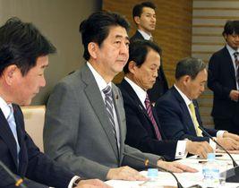 経済財政諮問会議であいさつする安倍首相(左から2人目)=23日午後、首相官邸