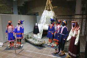 北海道立北方民族博物館で展示されている、北欧先住民族サーミの衣装やトナカイ革のテントなど=17日、北海道網走市