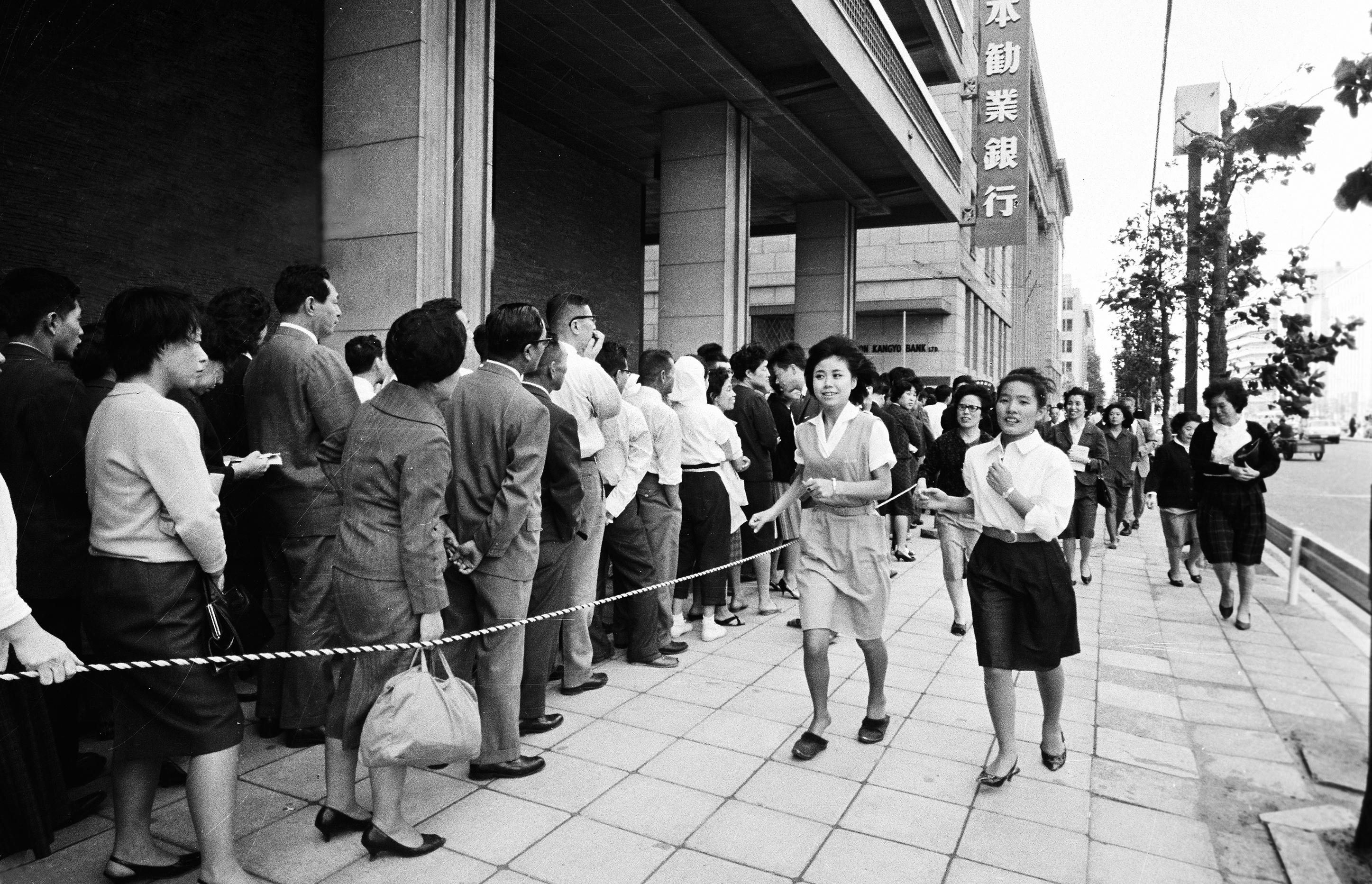 1964年10月2日、東京五輪の記念千円銀貨の1回目の引き換えが始まり、銀行前には長蛇の列ができた