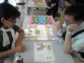 2008年夏のイベントで「どうぶつしょうぎ」をする、駒をデザインした藤田さん(左)