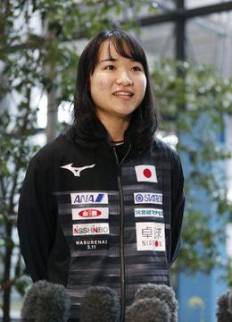 女子卓球、優勝の伊藤美誠が帰国