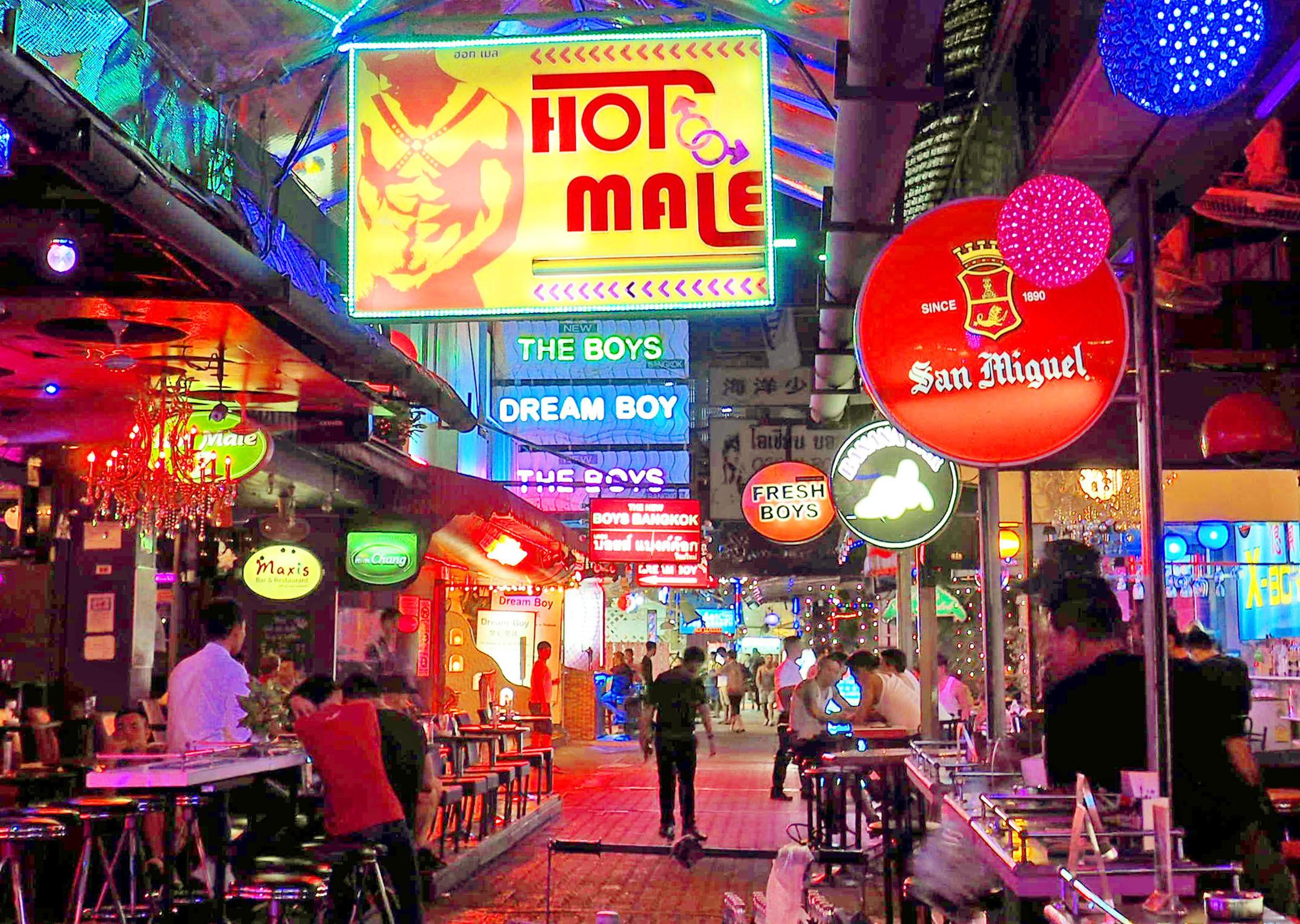 ゲイバーが立ち並ぶ「トワイライト通り」。昼間は人けが少ないが、夜は多くの看板が輝き活気づく=バンコク(撮影・浮ケ谷泰、共同)