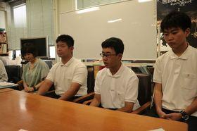 公演に参加する長崎南山高の生徒ら=長崎市役所