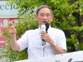 知事選候補者への支持を呼び掛ける菅義偉官房長官=18日午後、北朝霞駅