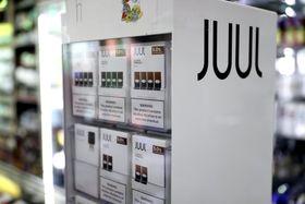 店舗に並ぶ米電子たばこ大手「JUUL(ジュール)」の製品=17日、米サンフランシスコ(ゲッティ=共同)