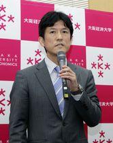 記者会見で抱負を語る大阪経済大の山本俊一郎教授=20日午後、大阪市