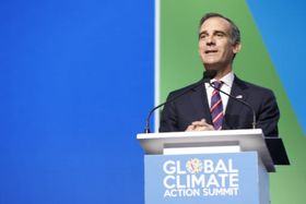 昨年の気候行動サミットで演説するガルセッティ・ロサンゼルス市長(C)Global Climate Action Summit