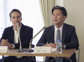 記者会見する「クールジャパン機構」の加藤有治氏(右)=18日、東京都港区