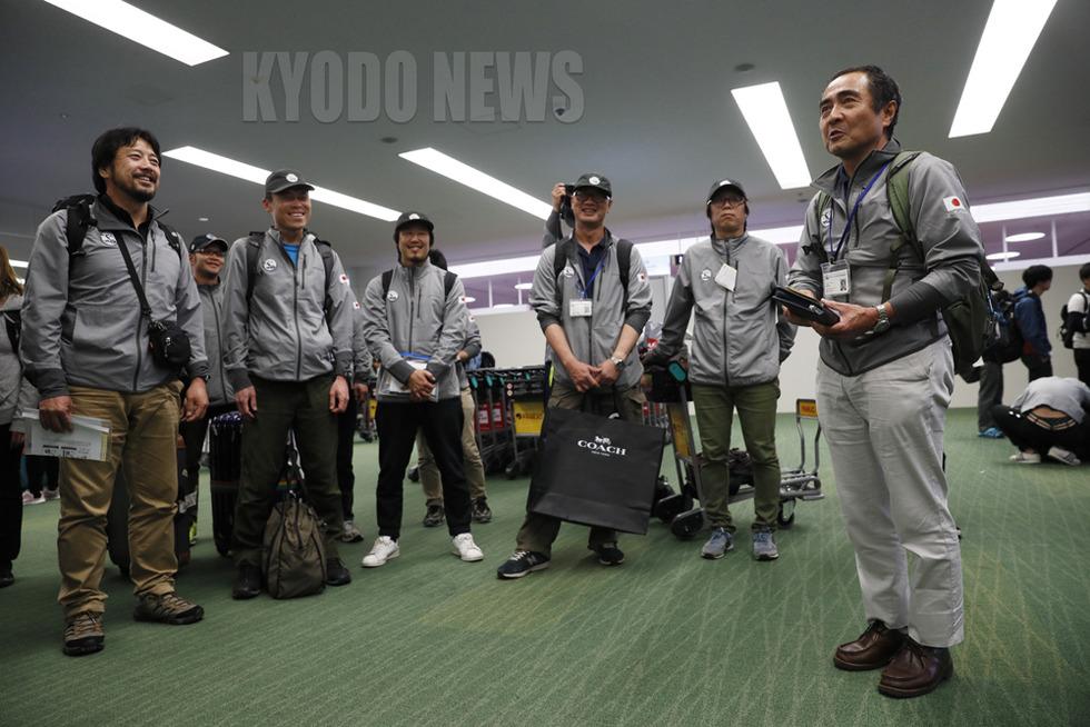 「家に帰るまでが南極です」と、羽田空港であいさつする本吉隊長。