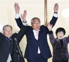 福島県南相馬市長選に初当選し、万歳する門馬和夫氏(中央)=21日夜、南相馬市