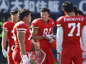 試合前、ウオーミングアップには参加した日大アメリカンフットボール部の宮川泰介選手(中央)=17日、横浜市の横浜スタジアム