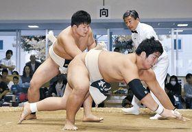 個人の総合選手権決勝で三輪が池田を上手出し投げで破る=石川県立武道館屋内相撲場