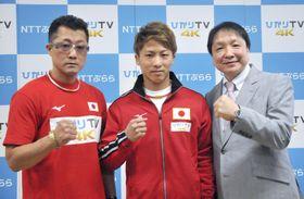 記者会見でポーズをとるWBAバンタム級王者の井上尚弥。左は父の真吾さん、右は大橋秀行会長=16日、横浜市