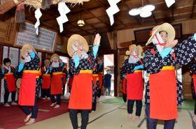 「田植え・田の草取り唄と踊り」を奉納する五戸町連合婦人会のメンバー
