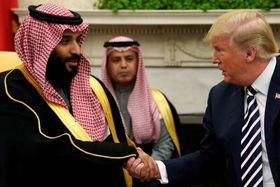 米ホワイトハウスで、トランプ大統領(右)と握手するサウジアラビアのムハンマド皇太子=3月、ワシントン(ロイター=共同)