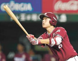 8回東北楽天1死満塁、田中が左越えに本塁打を放つ