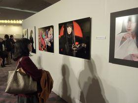 山口小夜子さんがモデルの作品に見入る参加者=東京・青山のスパイラルホール
