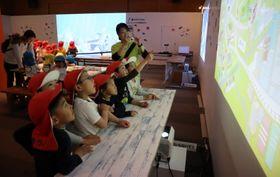 描いた絵を見つけて喜ぶ子どもたち=長崎市科学館