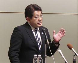 新潟県知事選の総決起大会であいさつする自民党の塚田一郎県連会長=27日午後、新潟県長岡市