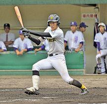 【1回戦・邇摩-平田】9回表平田2死二塁、錦織圭伍が左越え二塁打を放ち6-1とする=松江市営野球場
