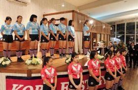 港をイメージした新ユニホームを披露する神戸ファストジャイロのメンバーら=神戸市中央区、サロン・ド・エルミタージュ
