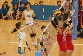 フィリピン代表(赤のユニホーム)と熱戦を繰り広げる岡山シーガルズの選手たち=ジップアリーナ岡山