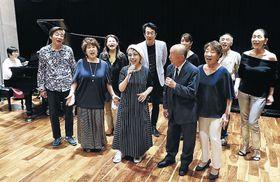 6月からの金澤シャンソン開幕へ声を合わせる長谷川さん(中央)とメンバー=金沢市西都2丁目のスタジオK