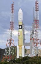 発射地点に移動する無人補給機「こうのとり」7号機を載せたH2Bロケット=14日午後、鹿児島県の種子島宇宙センター