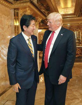夕食会を前にトランプ米大統領(右)の出迎えを受ける安倍首相=23日、ニューヨーク(内閣広報室提供・共同)