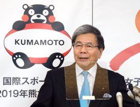 くまモンの海外企業の利用解禁について記者会見で見解を述べた熊本県の蒲島郁夫知事=18日午前、熊本県庁