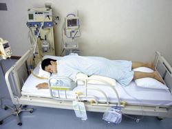 人工呼吸器装着時の「腹臥位」(患者はモデル)。肺の回復を早める効果がある(日本離床学会提供)