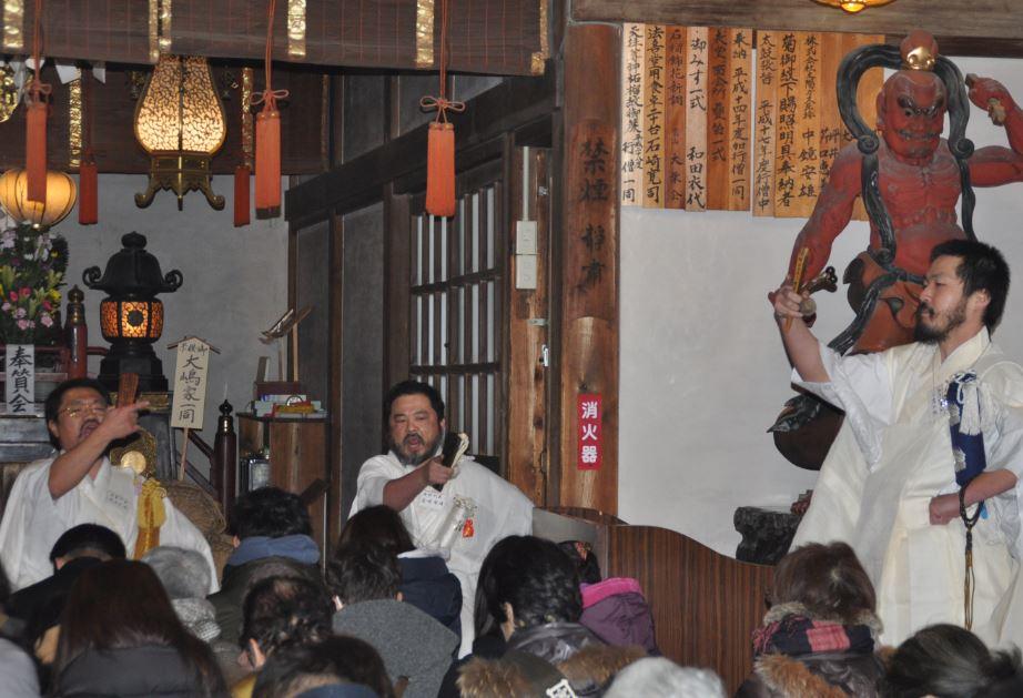 日蓮宗独特の「木剣」を使い加持祈祷する行僧たち=2月10日午前